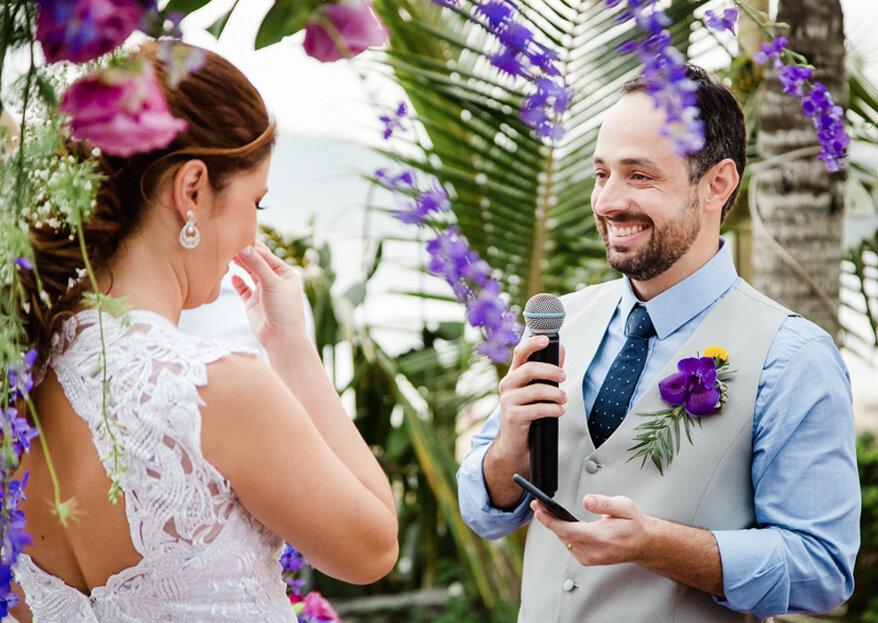O casamento na praia de Tatiana e Victor: um dia alegre, colorido com muita energia positiva!