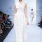Vestido de novia sin mangas y cuello conservador, con texturas caladas y delicados tejidos - Foto David Salomón en MBFWMX