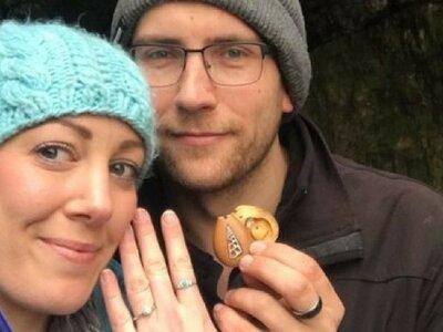 Un anillo de compromiso escondido por un año en su collar: la pedida de mano que arrasa en las redes