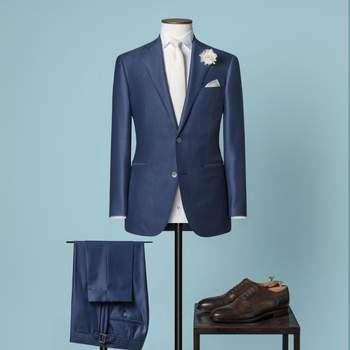 Hellblauer 2-teiliger Hochzeitsanzug mit 2 Knöpfen aus einer Mischung von Wolle und Seide mit fallendem Revers.