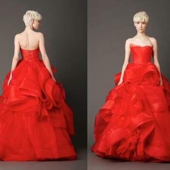Abito senza spalline color rosso acceso con gonna drappeggiata,perfetta anche per sposa con fisico curvy. Vera Wang Bridal Collection 2013. Foto: www.verawang.com