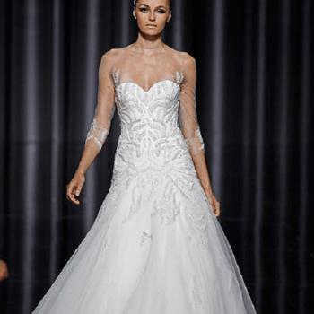 Robe Pronovias avec broderies somptueuses qui rayonnent à partir de la robe sur le corps du modèle.