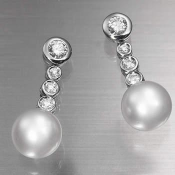 """Clásicos y elegantes pendientes de oro blanco, diamantes y perlas para novias. Foto: <a title=""""Germán Joyero"""" href=""""http://germanjoyero.com/"""" target=""""_blank"""">Germanjoyero.com</a>"""