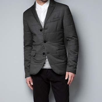 Los más frioleros pueden combatir el frío sin perder elegancia con este blazer acolchado. Foto: Zara