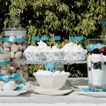 Turquoise et blanc, une divine association pour la décoration de votre mariage. Source : Joy-eventos.com