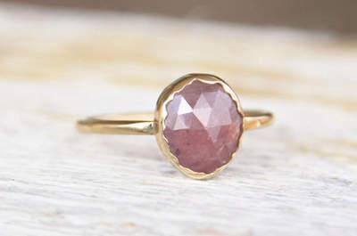 45 anillos de compromiso alternativos: Joyas únicas para las novias más cool