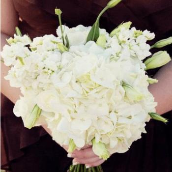 Die 10 schönsten weißen Brautsträuße inspiriert durch Winterhochzeiten in romantischen Schneelandschaften.