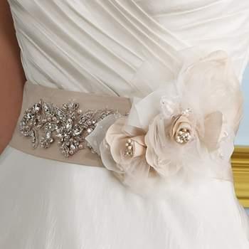 Cintura in raso con fiore in stoffa e decorazioni di cristalli