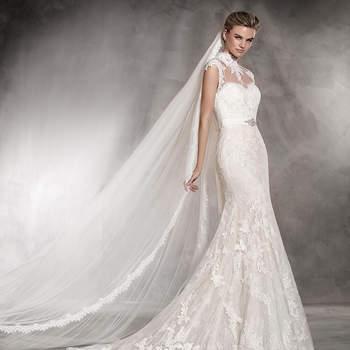 Tule, renda e aplicações de pedraria. Estes são os materiais com os quais se cria este vestido de noiva com decote em coração, silhueta sirene e corte em A. Um vestido muito especial, para uma noiva muito especial.