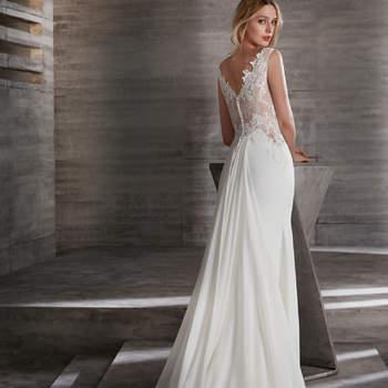 Vestido de novia de tirantes con detalles de encaje y bordados en la espalda.