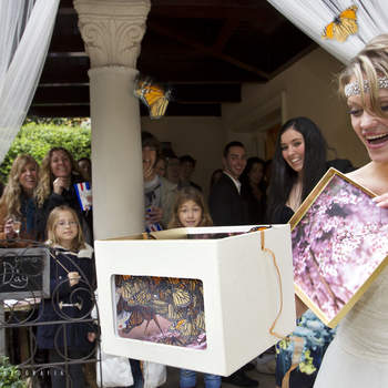 Otro de los momentos especiales del día fue la suelta de mariposas. Dejó de llover justo para hacerla y con el tiempo que hacía después de salir volando, en vez de marcharse, se posaron sobre los invitados y la novia.  Foto: Belle Day. http://belleday.com/es/