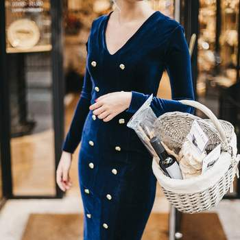 Vestido de terciopelo azul y botones dorados. Credits: Cherubina