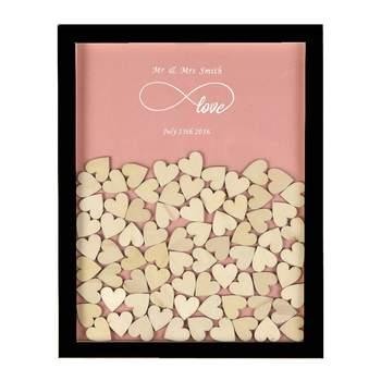 Marco de madera personalizable a modo de libro de firmas de invitados de boda con 130 pequeños corazones de madera, estilo rústico. Credits: Amazon
