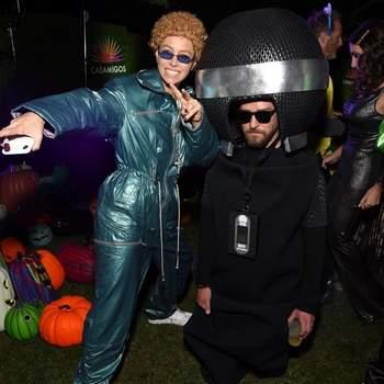 Jessica Biel (como  Justin Timberlake nos tempos da banda NSYNC) e Justin Timberlake (como microfone). Foto IG @justintimberlake