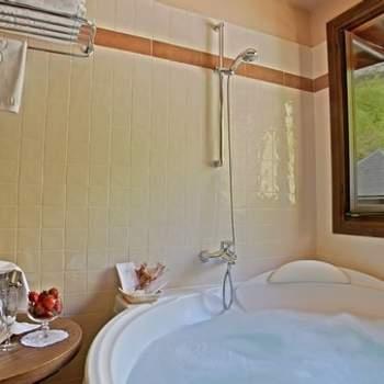 """Poder disfrutar de una bañera de hidromasaje en tu noche de bodas y darte un baño relajante a la mañana siguiente es algo que estará a tu alcance en las habitaciones de Paradores, como esta del Parador de Bielsa. Foto: <a href=""""http://zankyou.9nl.de/wdbk"""" target=""""_blank"""">Paradores</a><img src=""""http://ad.doubleclick.net/ad/N4022.1765593.ZANKYOU.COM/B7764770.4;sz=1x1"""" alt="""""""" width=""""1"""" border=""""0"""" /><img height='0' width='0' alt='' src='http://9nl.de/xyl3' />"""