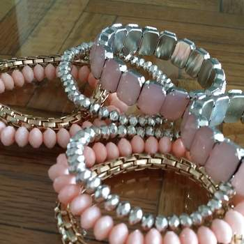 Decántate por un juego de joyería de fantasía. Los brazaletes son un must en el estilismo de cualquier dama.