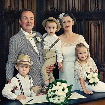 Ślub stylizowany: vintage. Para młoda w towarzystwie dzieci.