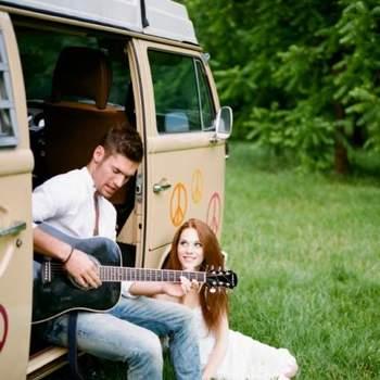 Novio tocando la guitarra a la novia.