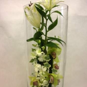 Centre de table Luxueuse pour mariage d'orchidées et de fleurs exotiques dans un vase en verre de + de 60 cm - Crédit photo: Atelier Floral
