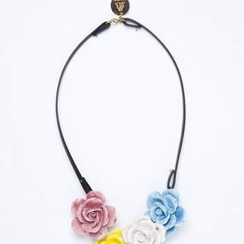 Collier multicolore floral rose, jaune, blanc et bleu. Photo: Andres Gallardo.