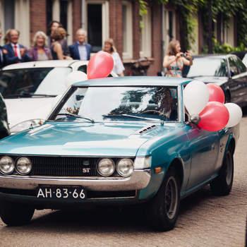 Dale un toque de azul y años 60 a tu coche con este modelo. Foto: 2Rings Trouwfotografie y Feestudio