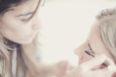 Las claves para un buen maquillaje de ojos están en la forma de las cejas y una mirada definida. Foto: Fran Russo