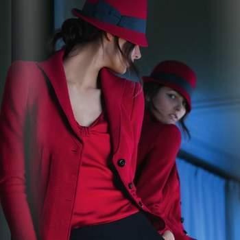 Blazer e top rossi con tanto di Borsalino in testa, tutto firmato Armani. Foto: www.armani.com