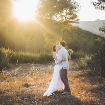 """""""Para mi, las bodas en verano tienen la mejor de las excusas: las mejores y más largas puestas de sol del año. La mágica luz de la golden hour dura mucho más que en cualquier otra estación, permitiendo que la cálida luz dorada acompañe durante todo el reportaje"""".  Foto: La Cristina Fotografía"""