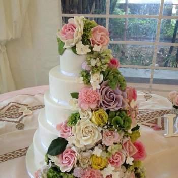 """<a href=""""https://www.zankyou.pt/f/baunilhachocolate-16854"""">Bolo de Noiva com decoração floral Foto: Baunilha&Chocolate </a>"""