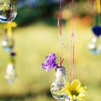 Bombillas con flores colgadas de los árboles.