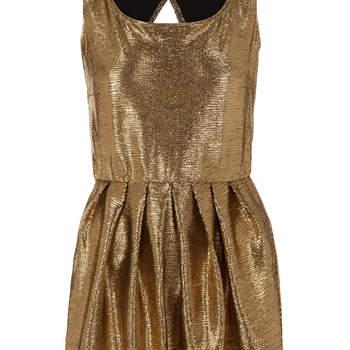 Vestido en lamé dorado con falda tableada. Foto: Topshop