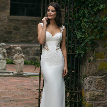 Modelo 44051, vestido de novia con tirante ancho, escote corazón y aberturas laterales en la cintura del vestido