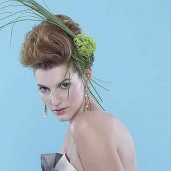 Peinado versátil, audaz. Aumenta su largo hacia la corona. Resalta la elegancia de la novia.