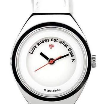 """Szczęśliwi czasu nie liczą. Zgodnie z tą zasadą, możesz podarować ukochanej osobie zegarek bez godzin, lecz z napisem """"Miłość nie zna czasu"""". Taki upominek będzie doskonałym wyborem dla/od spóźnialskiego partnera. Fot. watchismo.com"""