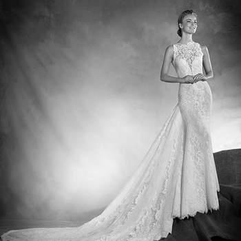 Como se esculpido no corpo, este romântico vestido de noiva de linha sereia, de corte baixo e decote redondo justo realizado em chantilly, com aplicações de renda e tule, cinge-se na silhueta acentuando-a e estilizando-a.