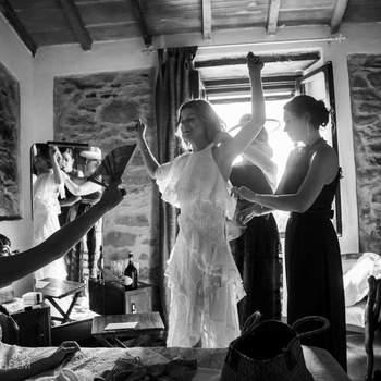 Black And Light: Uno dei primi momenti più emozionanti di questo giorno, Indossare il vestito da sposa in compagnia di amiche e familiari.