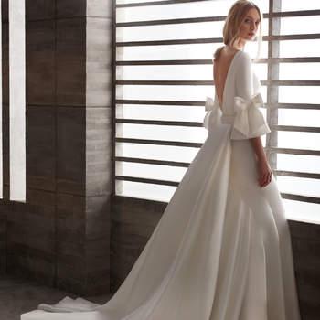 Vestido de novia de corte recto y manga francesa con un romántico lazo a cada lado