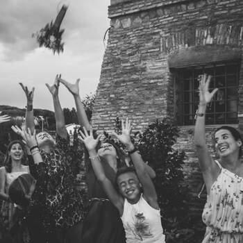 Photo : Elena Mantovan Wedding Photography (Brussels) - La photo en noir et blanc - Marqué d'un caractère aussi singulier qu'artistique, ce cliché reflète bien la patte de celle qui l'a capturé : une vraie amoureuse de la sagesse et de la beauté, rêveuse, penseuse, voyageuse...