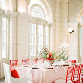 Decoração de mesa com cadeiras vermelhas. Credits: Kt Merry