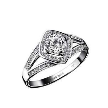 Bague Love my Love N.5, or blanc, diamants poids total minimum 0,65 ct, qualité HSI. *Diamant central 0.50ct et pavage diamants 0.15ct Source : mauboussin.fr