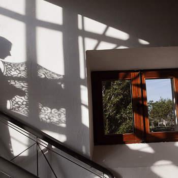 Una sombra en la pared puede también capturar un momento imborrable.
