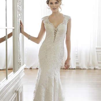 """Romantismo e sofisticação definem este vestido. O decote e as mangas de renda proporcionam à noiva um estilo exclusivo. Fechamento com botões sobre zíper.   <a href=""""http://www.maggiesottero.com/dress.aspx?style=5MC036"""" target=""""_blank"""">Maggie Sottero Spring 2015</a>"""