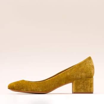 Zapato de terciopelo en tacón bajo. Credits: Malababa