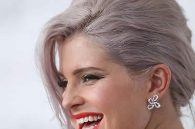 Kelly Osbourne escogió unos pendientes de cuatro lágrimas para completar este estilismo. Foto: Maury Phillips