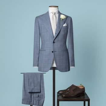 Blau-weisser zweiteiliger Hochzeitsanzug mit 2,5 Knöpfen aus einer Mischung von Wolle und Seide mit spitzem Revers und abgerundeter Brusttasche.