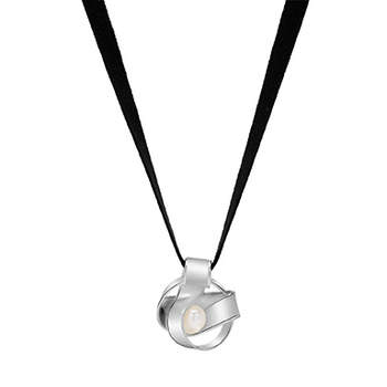 Elegante diseño basado en una combinación de cadena de terciopelo negro y un colgante de plata con una perla. Foto: Tous.