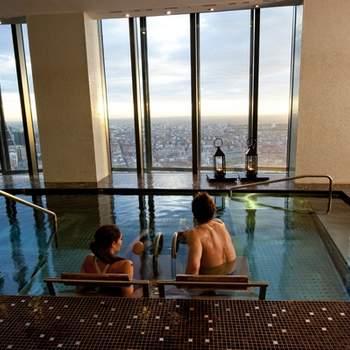 """¿Qué te parece relajarte en un spa en lo alto de un rascacielos? Experiencias como esta se convertirán en un regalo perfecto para los novios. Foto: <a href=""""https://www.zankyou.es/f/zonaregalocom-23780"""" target=""""_blank"""">Zonaregalo.com</a>"""