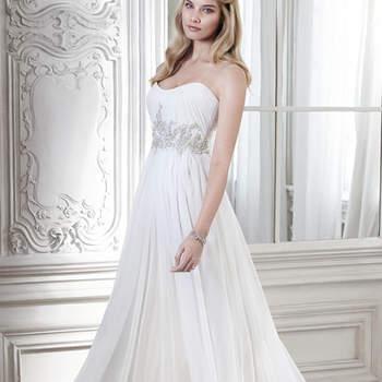"""Este vestido proporciona uma silhueta perfeita. Seu decote drapeado e delicado e os apliques em cristal Swarovski na cintura criam um look sofisticado e sensual. Fechamento com zíper e elástico interior.   <a href=""""http://www.maggiesottero.com/dress.aspx?style=5MW107"""" target=""""_blank"""">Maggie Sottero Spring 2015</a>"""