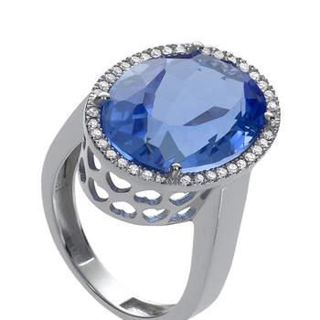 Emula el anillo de compromiso de la duquesa de Cambridge con esta espectacular sortija de oro blanco, diamantes y una piedra hidrotermal azul. Foto: Chancejoyas. http://www.chancejoyas.com