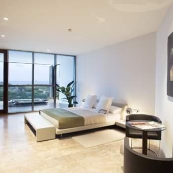 """Modernidad y minimalismo no están reñidos con cuidado del detalle y confort. En Paradores lo saben bien y entre su oferta puedes encontrar habitaciones tan espectaculares como esta del Parador del Saler. Foto: <a href=""""http://zankyou.9nl.de/wdbk"""" target=""""_blank"""">Paradores</a><img src=""""http://ad.doubleclick.net/ad/N4022.1765593.ZANKYOU.COM/B7764770.4;sz=1x1"""" alt="""""""" width=""""1"""" border=""""0"""" /><img height='0' width='0' alt='' src='http://9nl.de/xyl3' />"""